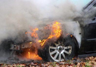 Auto vat vlam tijdens het rijden Apeldoorn