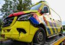 Ambulance krijgt onderweg naar spoedmelding ongeval met auto in Loenen